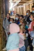 Grupa dzieci w maseczkach stoi w kopalni.
