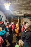 W kopalni stoją dzieci z opiekunami w maseczkach.