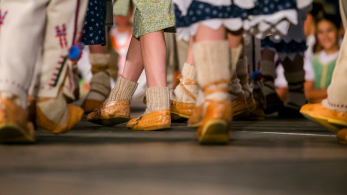 zbliżenie na nogi tańczących na scenie dzieci