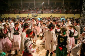 Dzieci z różnych krajów tańczą razem na scenie