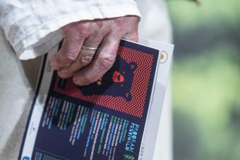 Opuszczona dłoń trzymająca folder festiwalu