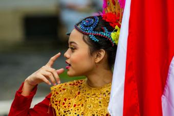 dziewczyna trzyma flagę